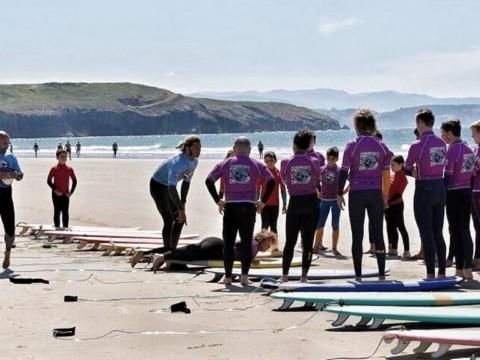 Monitor de la escuela surfastur enseñando a sus alumnos las bases para aprender a surfear. Xagó Surf cuenta con las mejores olas
