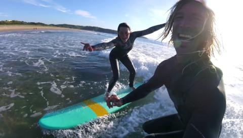 El profesor pipa enseñando a surfear en la playa de Xagó