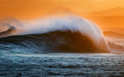 Foto del atardecer en Xagó Surf. Llama a la escuela SURFASTUR y contrata tus clases para disfrutar de las mejores olas de Asturias